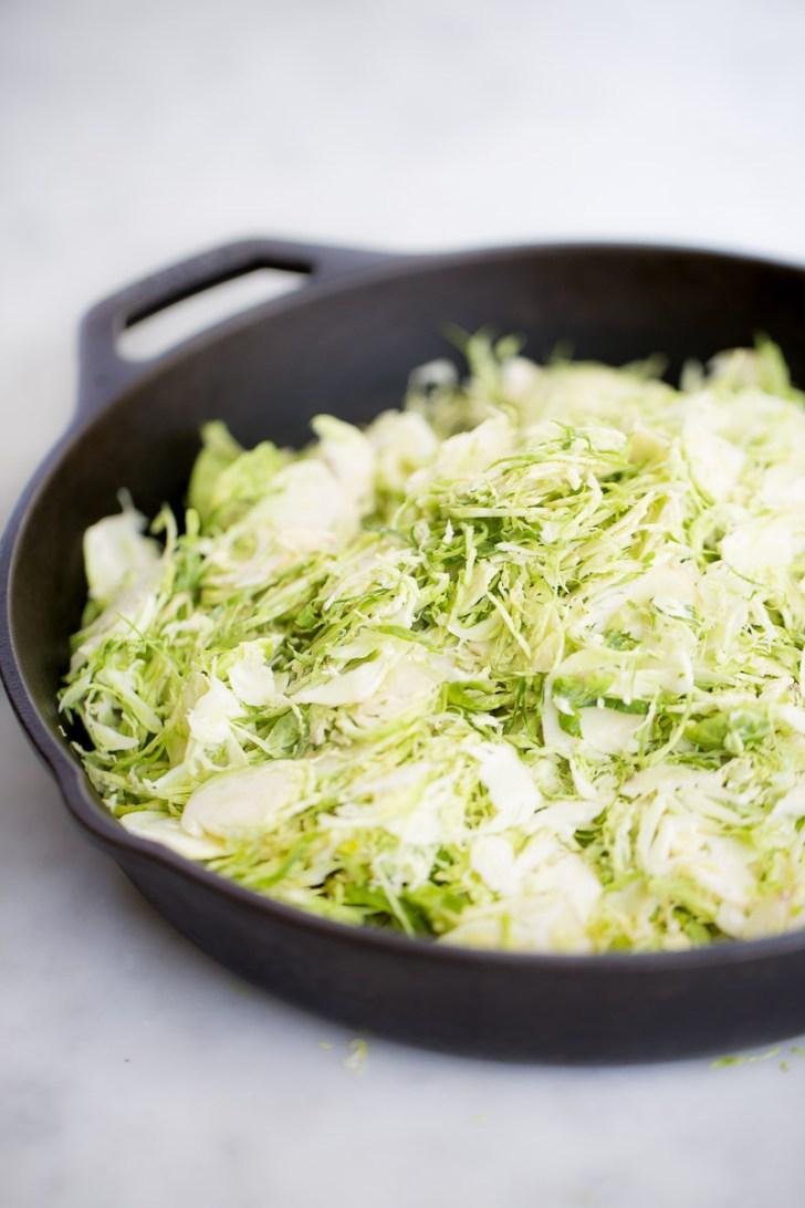 sartén con coles ralladas