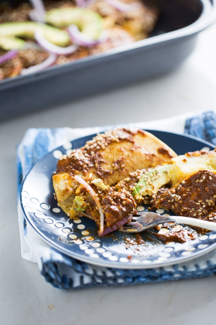Enmoladas de platano macho, tortilla de maiz rellena de plátano macho y cubierta con mole rojo, receta vegana mexicana.