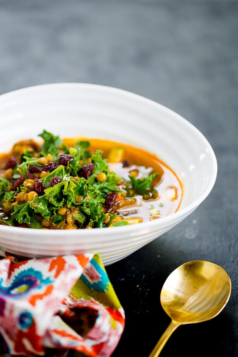 Receta para hacer sopa de lentejas marroquí vegana.