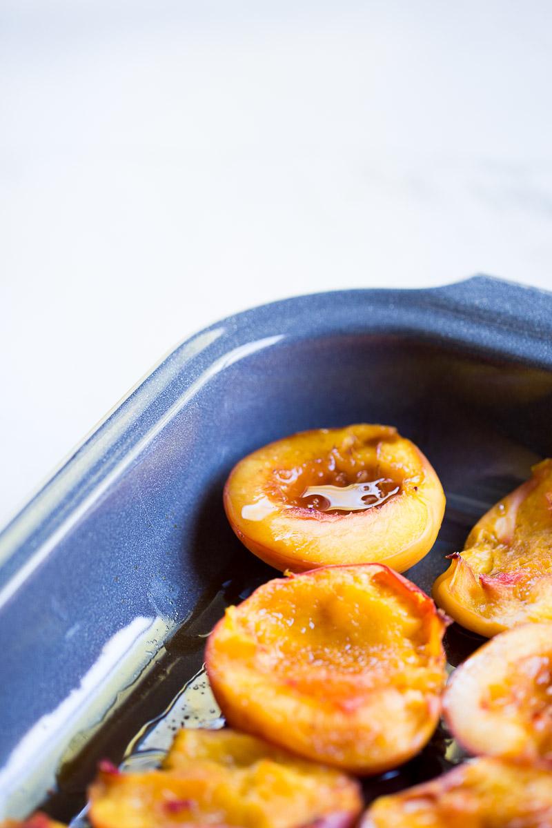 Receta de postre saludable, postre sano, postre fácil y postre vegano.Duraznos al horno con crema dulce.