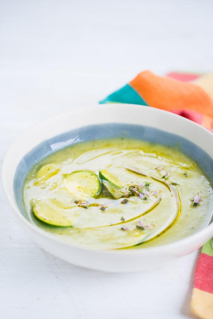 Receta de sopa de calabaza y albahaca, receta vegana, fácil y perfecta para los últimos días de verano.