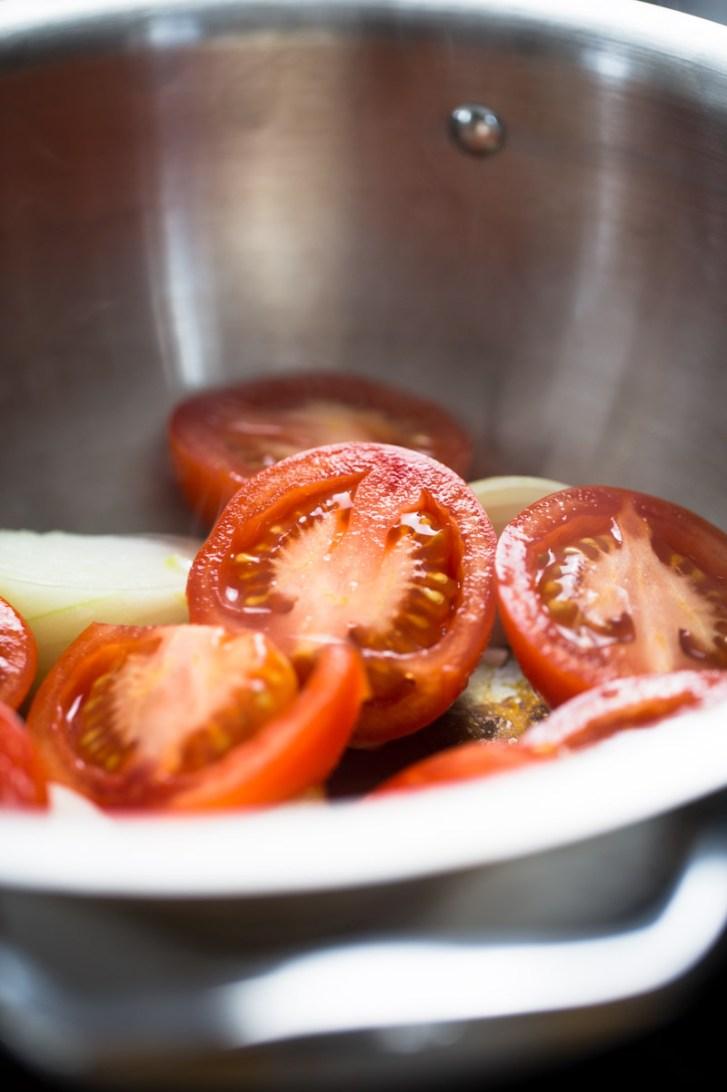 tomate y cebolla en olla