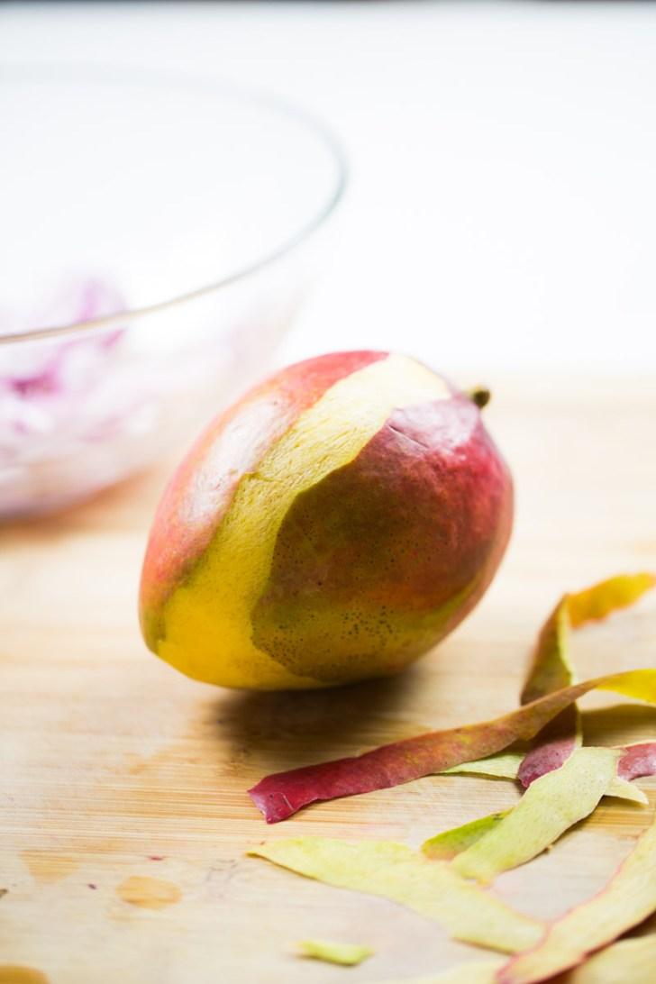 pelando un mango