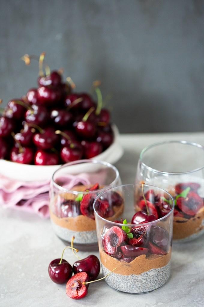 Pudin de chia de chocolate y vainilla con cerezas