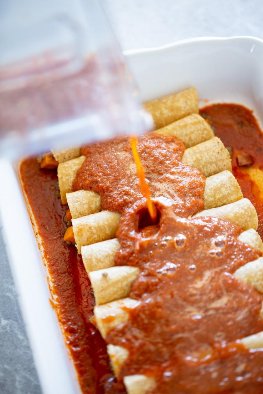 Salsa roja con chile ancho para enchiladas veganas