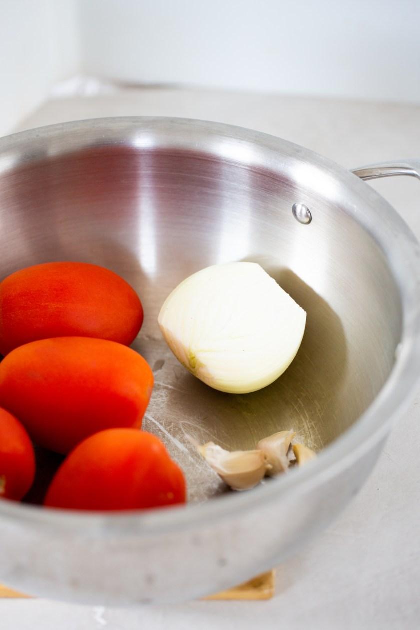 tomate y cebolla en la olla