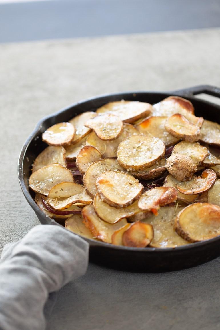 tarta de papas, cebolla morada y camote