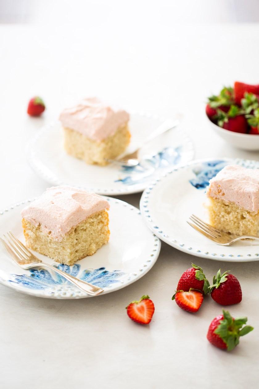 tres platos con pastel vegano con betún de fresa