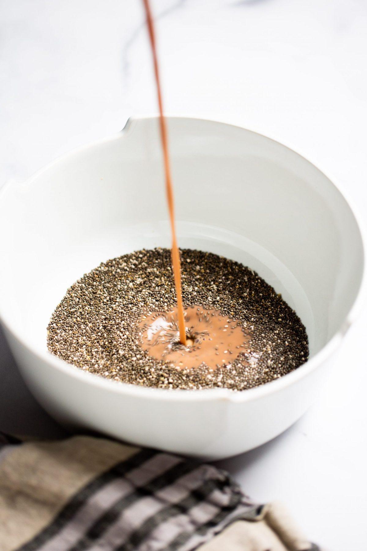Leche de chocolate de nuez de la india cayendo en semillas