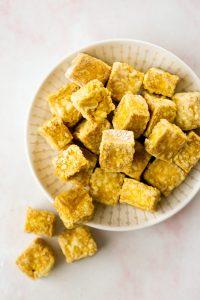 Cuadritos de tofu crujiente en un plato