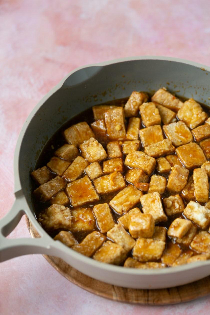 tofu crujiente en sartén con salsa