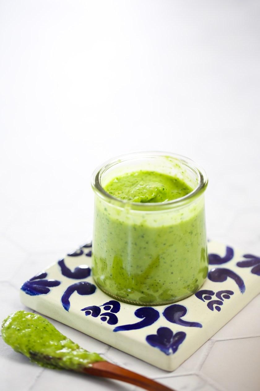 salsa verde cremosa en un bote de vidrio y sobre un plato de talavera