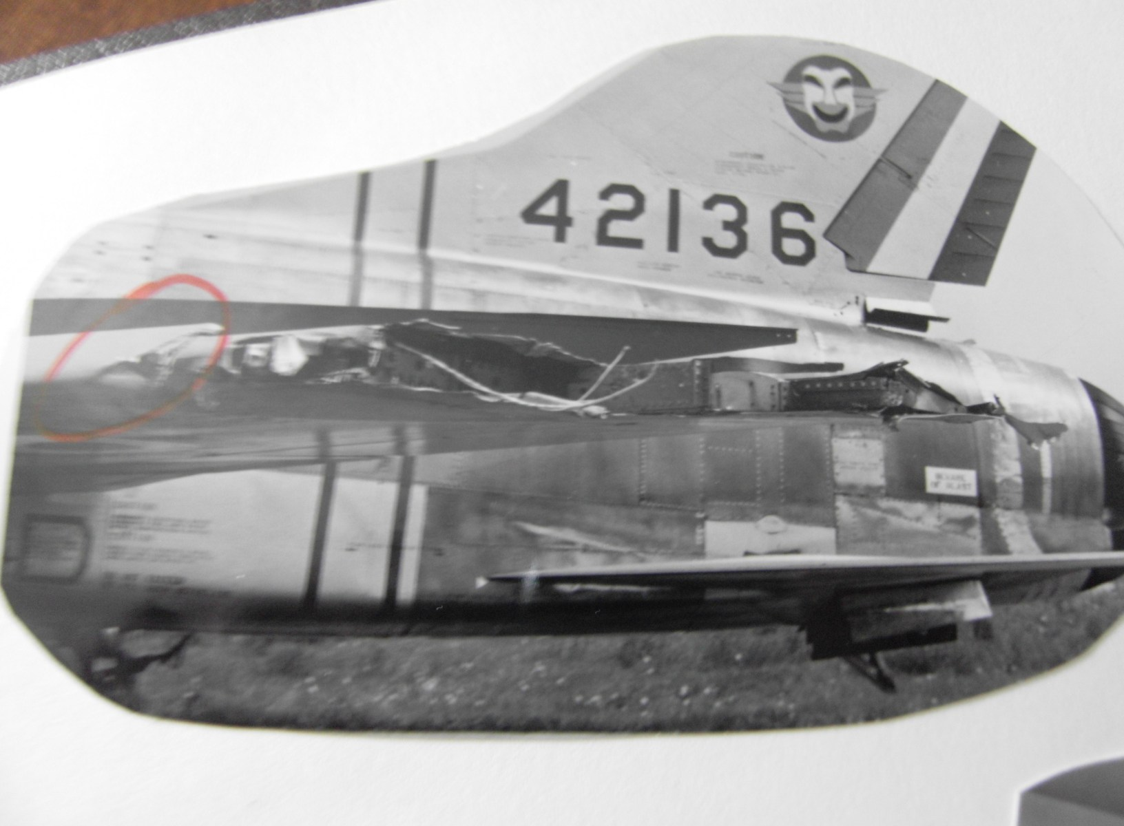 L'aile gauche un peu chiffonée du F100