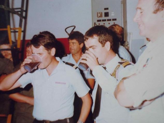 Arrivée au 1/11 . Selon la tradition, l'insigne d'escadron est à aller chercher au fond du verre