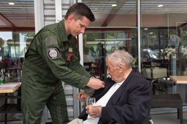 La remise de l'insigne de la Comédie par le Commandant GUILLAUD BATAILLE