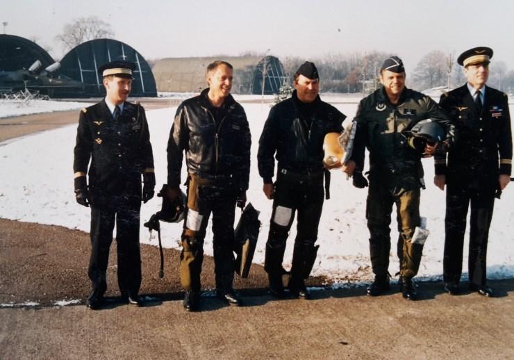 Le général CLIFFORT entouré des commandants d'escadron, d'escadre, de la FATAC et de la base...
