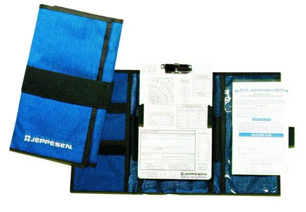 Jeppesen VFR-Kniebrett VFR-Kniebrett zum Aufklappen, mit Innentaschen und einem Alukniebrett in der Mitte, welches auch herausgenommen werden kann.