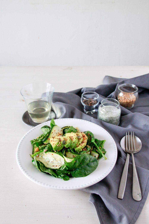 Ensalada de calabacín, espinacas, aguacate y dukkah de almendra   Pimienta y Purpurina
