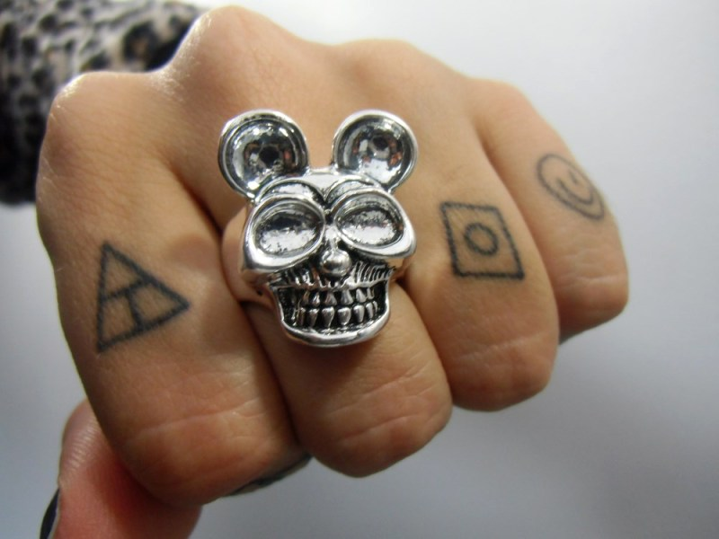 Bague originale t    te de mort cr    ne Mickey skull