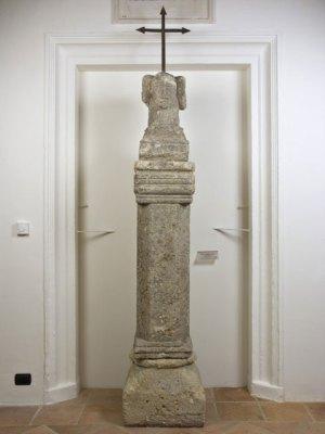 Anonimo romanico Sec. X-XII, Colonna reggicroce con quadruplice protome umana pietra locale, cm. 234x54x50, n. inv. 474