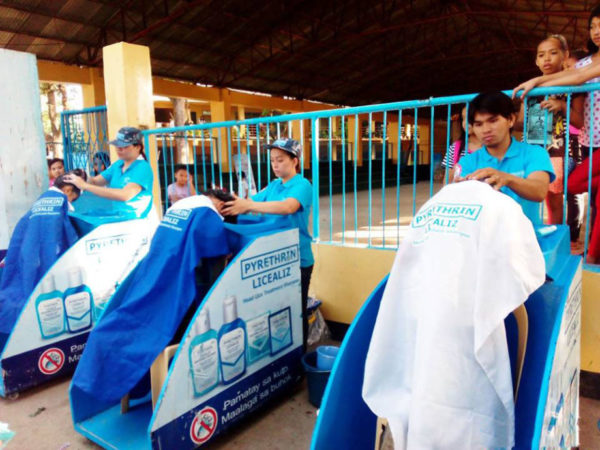 Licealiz representatives shampooing children