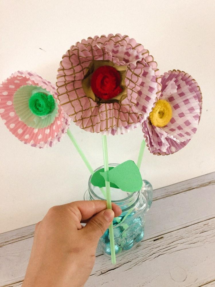 Papieren bloem knutselen met cupcake vormpjes - knutselen met kinderen-2