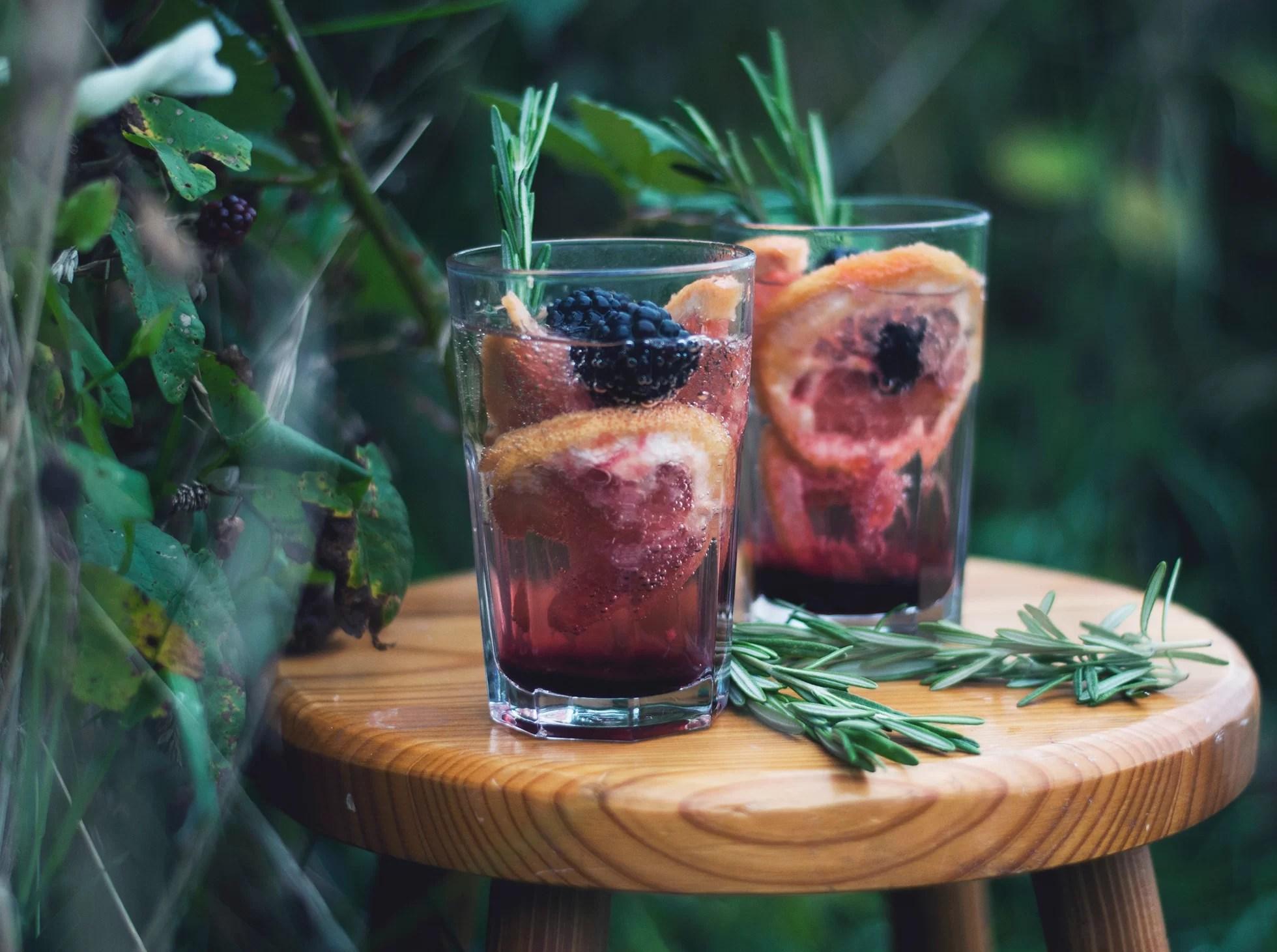 Drinki z musującego wina z jeżynamim