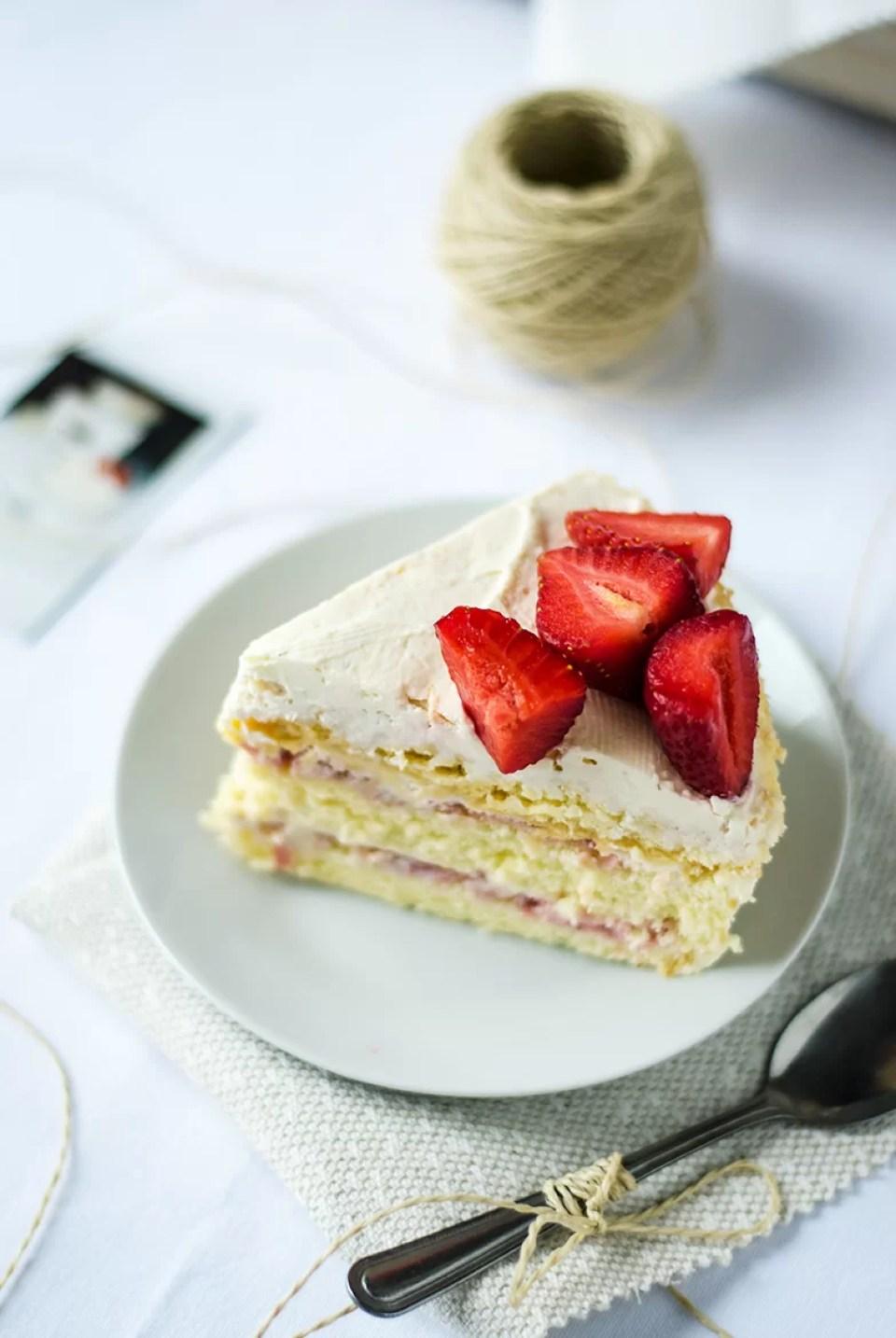 tort z truskawkami jak zrobić