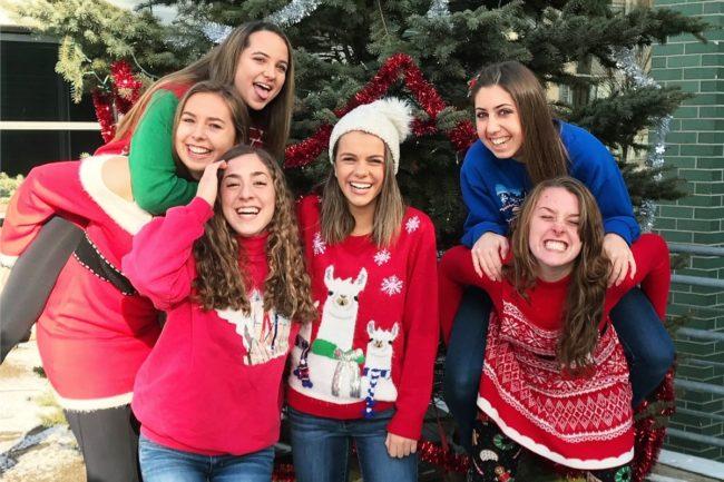 La atleta lesbiana Emily Scheck y sus amigas, que la ayudaron después de que su familia la rechazara.