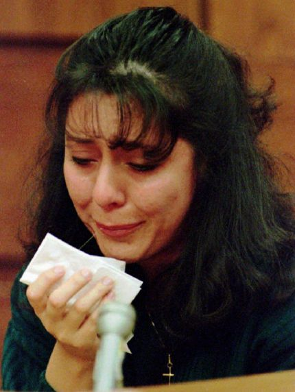 Lorena Bobbitt cries as she testifies about the night she cut her husband John Wayne Bobbitt's penis off, 14 January 1994 on the fourth day of her malicious wounding trial in Manassas, VA.