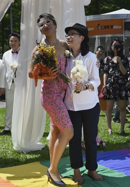 gay-couple-marry-taiwan.jpg?resize=430%2C618&ssl=1