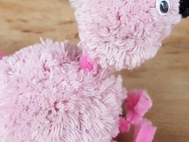 Flamingo Knutselen met Sien en Co knutselblog voor Mommy loves Pink de nek - DIY de Roze Flamingo