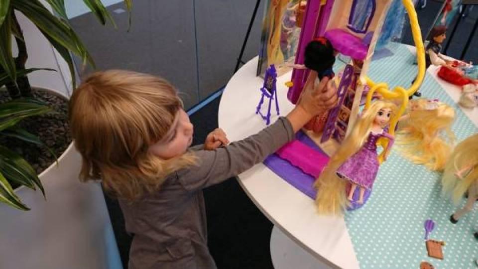 DSC 0011 - Wij mochten een kijkje nemen in de opslagplaats van Hasbro en Sinterklaas!