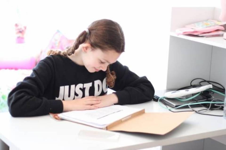 IMG 0416 - Een bureau op de tienerkamer is super handig!