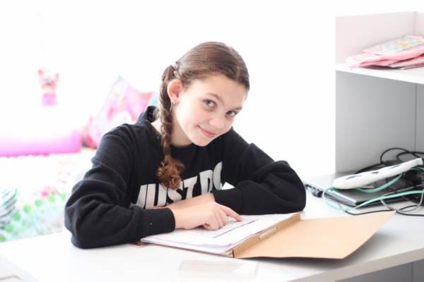 IMG 0418 - Een bureau op de tienerkamer is super handig!