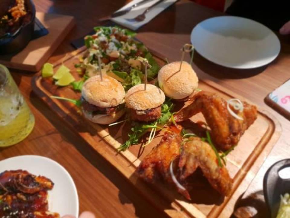 TGI1 - Lekker eten bij TGI Fridays en een blind date met 7 vrouwen!