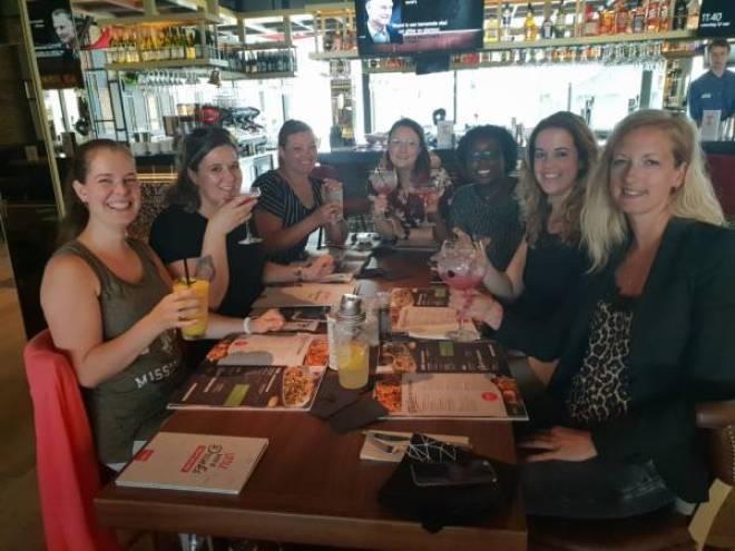 TGI4 - Lekker eten bij TGI Fridays en een blind date met 7 vrouwen!