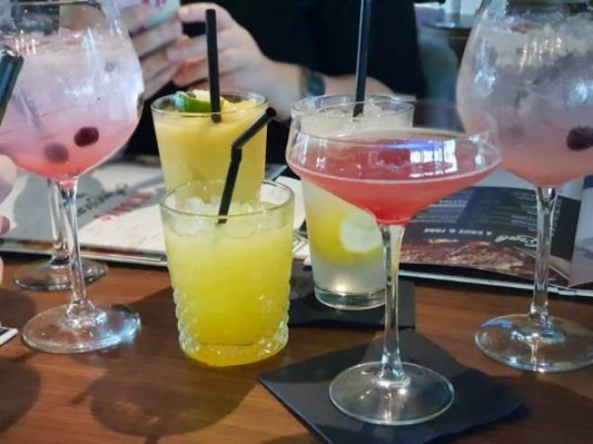 TGI5 - Lekker eten bij TGI Fridays en een blind date met 7 vrouwen!