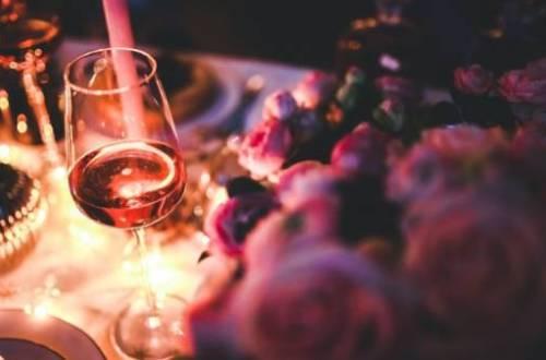 wijn - Wat is toch die love affaire van vrouwen met wijn?   WIN WIJN 18+