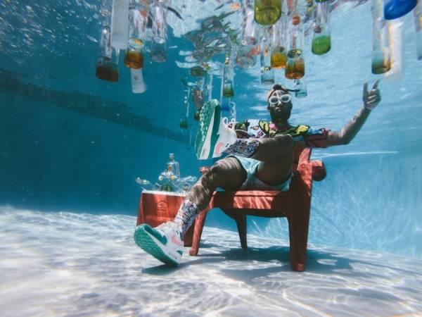 Man chillen onderwater Unsplash1528495612343 JakobOwens - C-diploma: Feest in het zwembad!