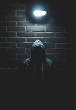 Duisternis man hoodie gevaarlijk Unsplash1559581958 LuisVillasmil - Het wereldvreemde kind