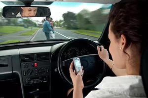 guidare-e-parlare-al-telefono