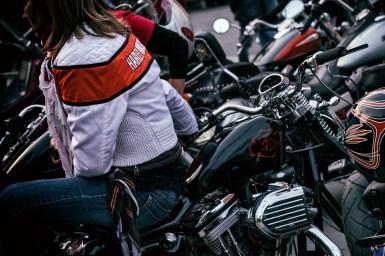ragazza seduta su una moto