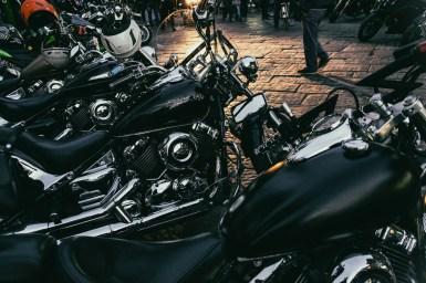ancora una serie di moto parcheggiate in linea