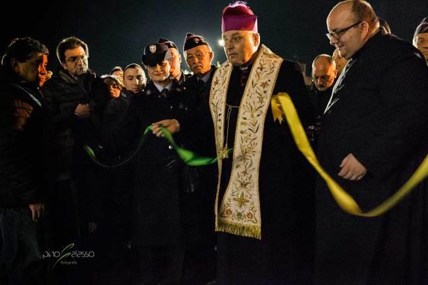 vescovo che taglia il nastro della casa dio francesco