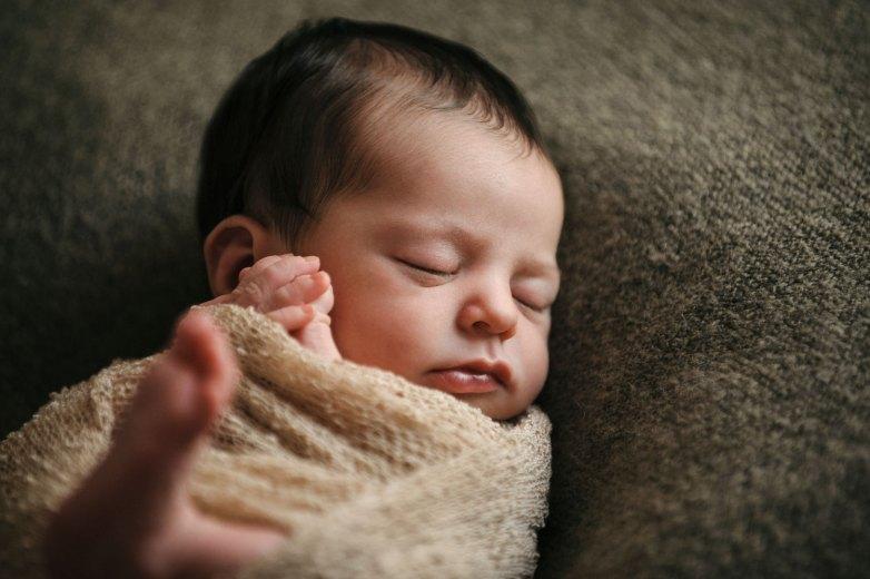 Un neonato che dorme durante un set fotografico