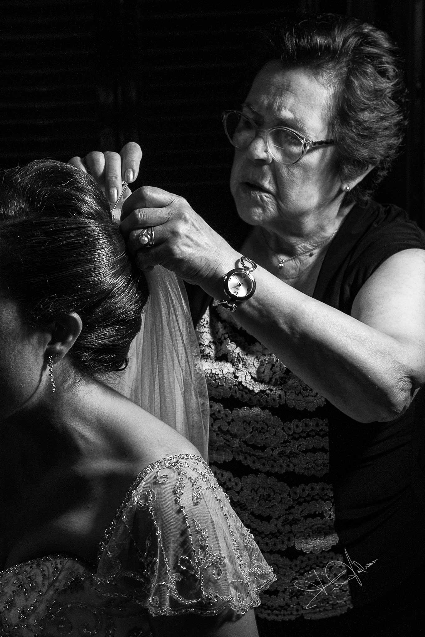 nel wedding una mamma inserisce il velo