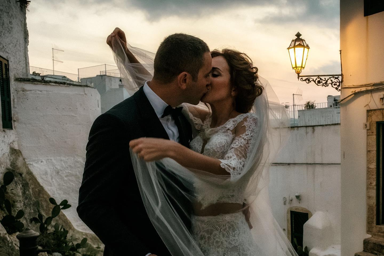 la sposa abbraccia lo sposo con passione