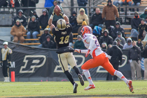 Cameron Posey makes a catch early in the first quarter against Illinois
