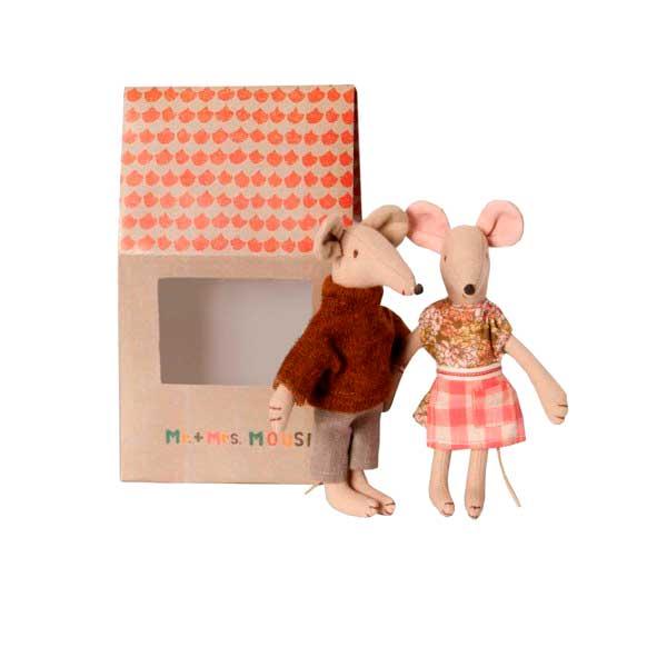 ratoncitos-mama-y-papa-en-casa-de-carton